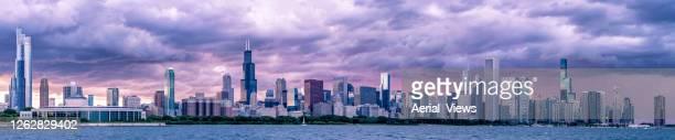 panorama dramático del horizonte de chicago al atardecer - 360 fotografías e imágenes de stock