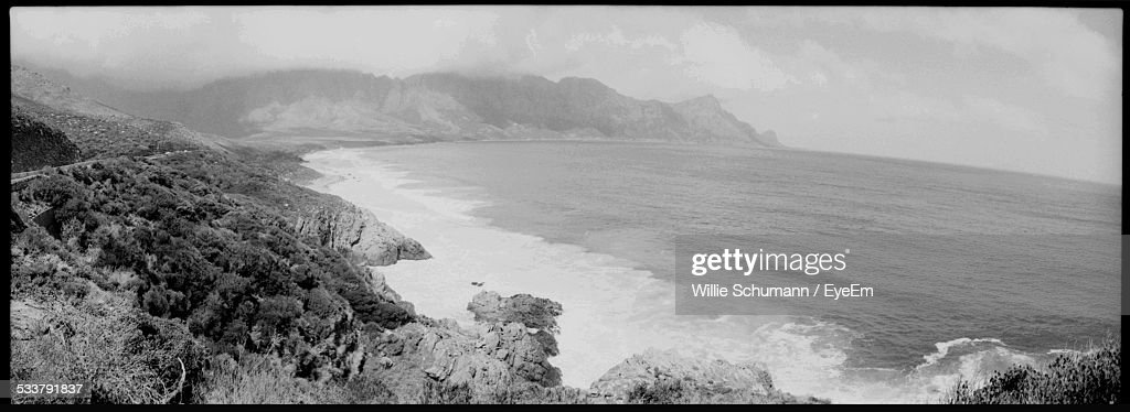 Dramatic Seascape With Rippled Water And Rocky Shore : Foto stock