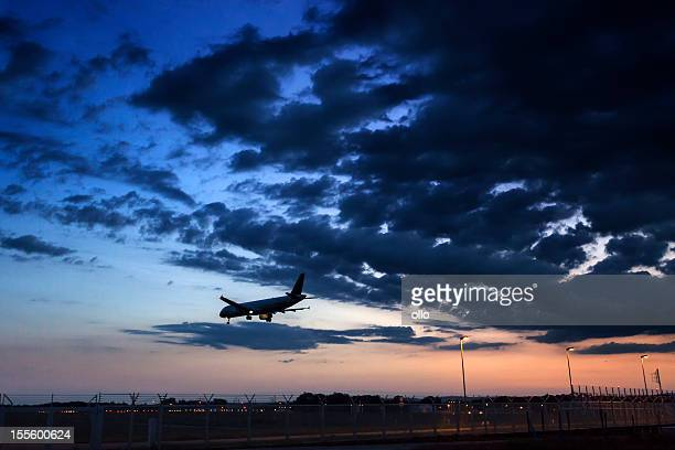 Dramatischer Himmel am Flughafen, Sonnenuntergang