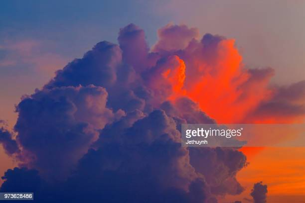 dramatic sky during sunset - orange clouds - dramatischer himmel stock-fotos und bilder