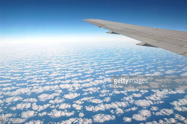 Dramatischer Himmel von einem Flugzeug-Fenster