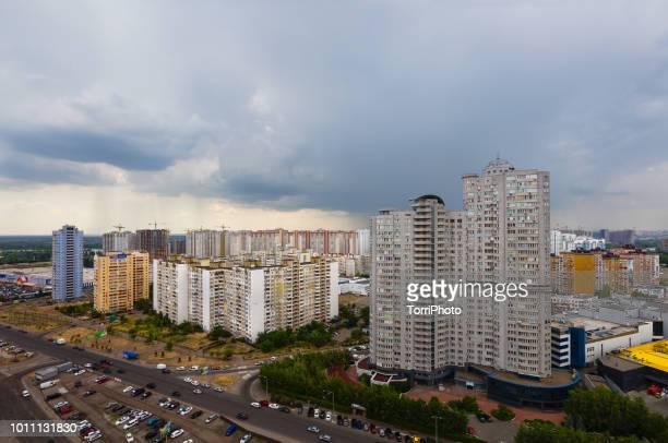 dramatic sky of thunderstorm over city - kiew stock-fotos und bilder