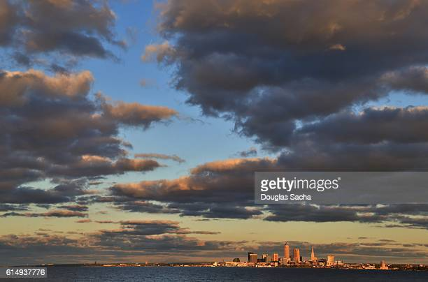 dramatic sky over the urban settlement on the shore - rock and roll hall of fame cleveland stock pictures, royalty-free photos & images