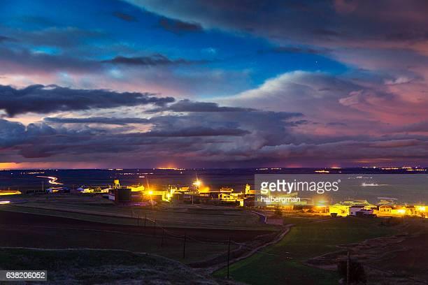 espectacular sky over village en la provincia de ávila - comunidad autónoma de castilla y león fotografías e imágenes de stock