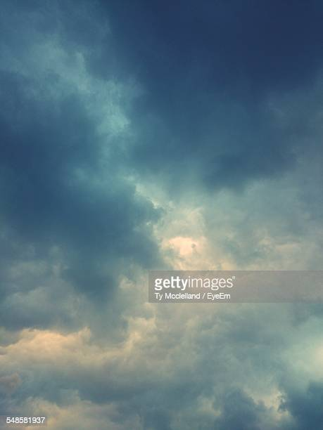dramatic sky - moody sky stock pictures, royalty-free photos & images