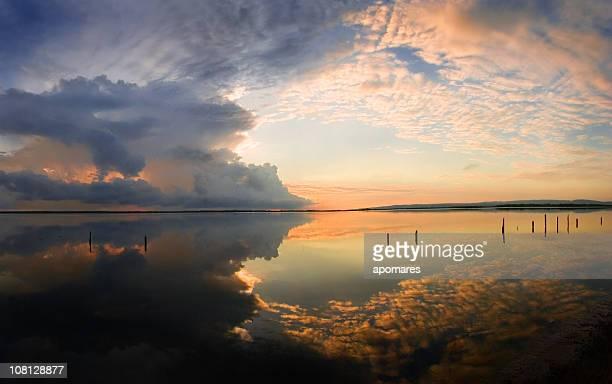 Dramatischer Himmel Reflexion auf coastal Karibik Lagune bei Sonnenaufgang