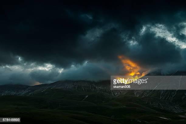 dramatic sunset at campo imperatore abruzzo - parco nazionale d'abruzzo foto e immagini stock