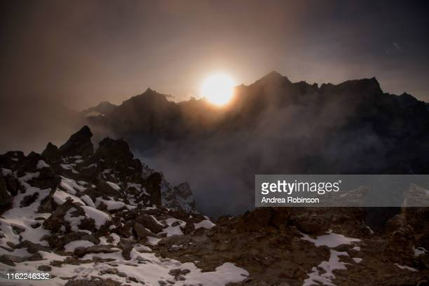 dramatic sunset cloudscape from gokyo ri, everest base camp via gokyo trek, nepal - gokyo ri ストックフォトと画像