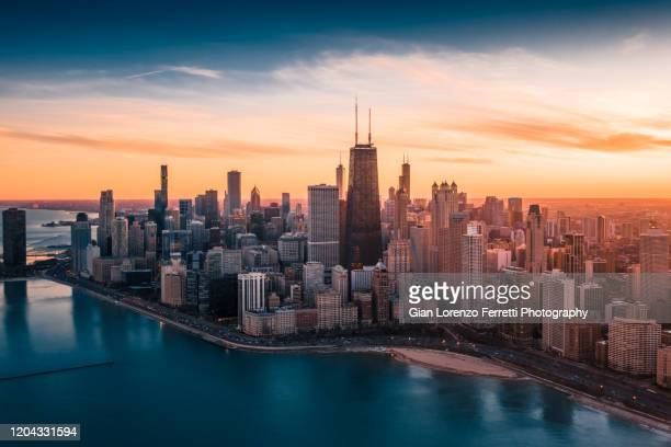 dramatic sunset - downtown chicago - horizonte urbano imagens e fotografias de stock