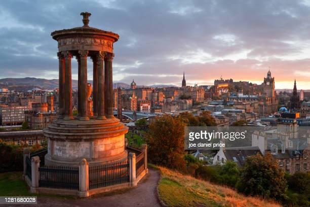 dramatic sunset, dugald stewart monument, calton hill, edinburgh, scotland - カールトンヒル ストックフォトと画像