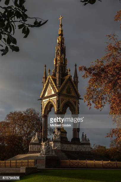 dramatic sunset illuminating one side of the albert memorial in hyde park with storm clouds behind - lugar histórico - fotografias e filmes do acervo
