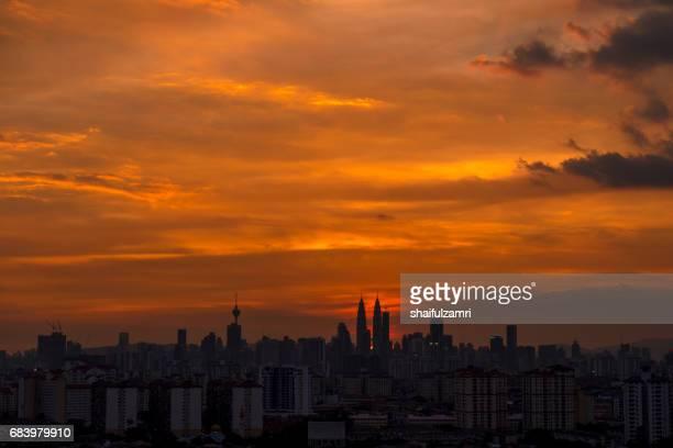 dramatic sunset in downtown kuala lumpur, malaysia - shaifulzamri stock pictures, royalty-free photos & images