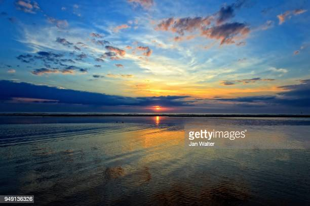 dramatic sunset on the beach, langeoog, east frisian islands, germany - insel langeoog stock-fotos und bilder