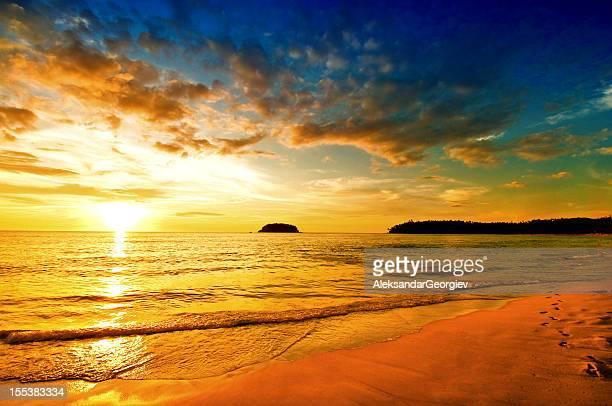 Spectaculaire coucher de soleil sur plage déserte