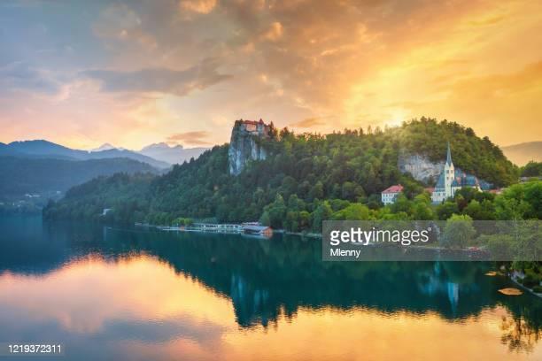 dramatisk solnedgång över sjön bled i slovenien - bledsjön bildbanksfoton och bilder