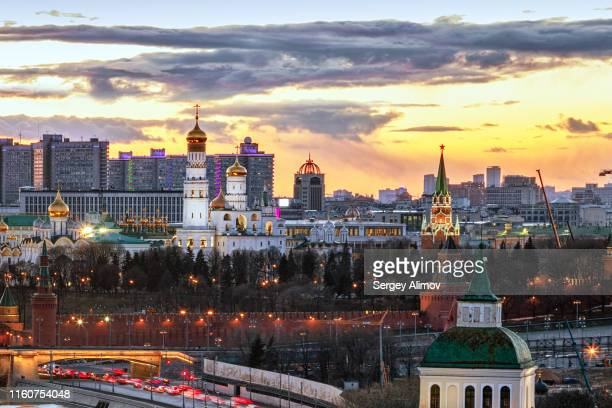 dramatic sunset over moscow and illuminated landmarks of kremlin - moscow skyline stock pictures, royalty-free photos & images