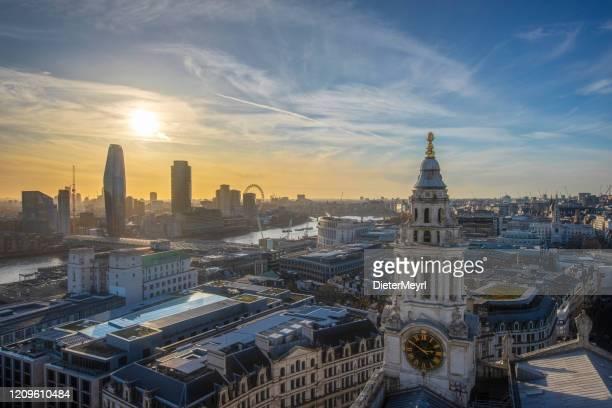 セントポール大聖堂とロンドンアイの劇的な夕日 - セントポール大聖堂 ストックフォトと画像
