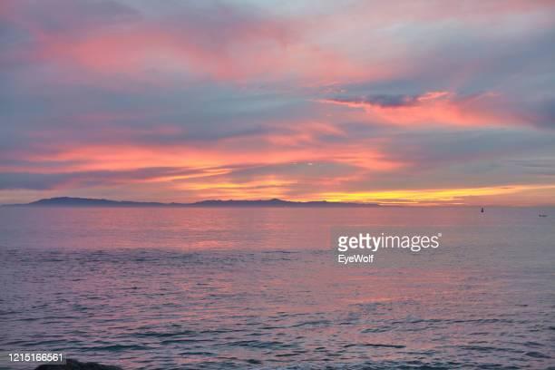 dramatic sunset over the pacific ocean in ventura, california. - ショッキングピンク ストックフォトと画像