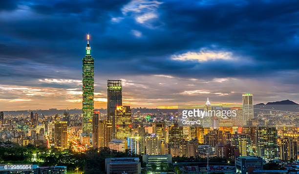 dramatic urban cityscape of taipei in sunset in taiwan - 台北市 ストックフォトと画像