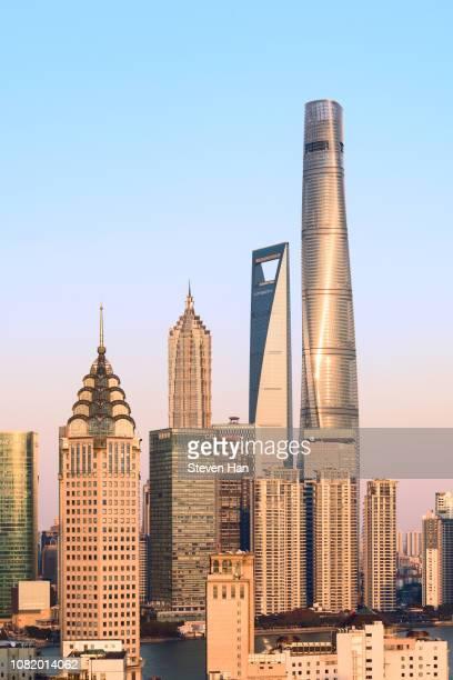 dramatic view of lujiazui in shanghai at dusk - shanghai world financial center - fotografias e filmes do acervo