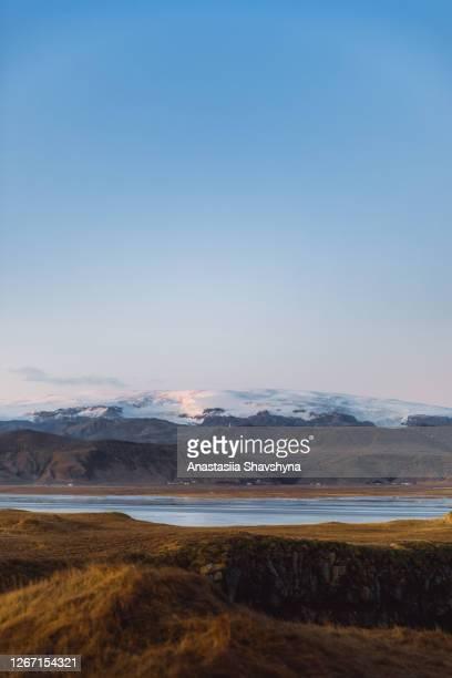 アイスランドの氷河と湖のある冬の山の風景の劇的な眺め - 氷河湖 ストックフォトと画像
