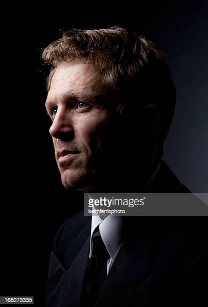 homem dramaticly luz - alto contraste - fotografias e filmes do acervo