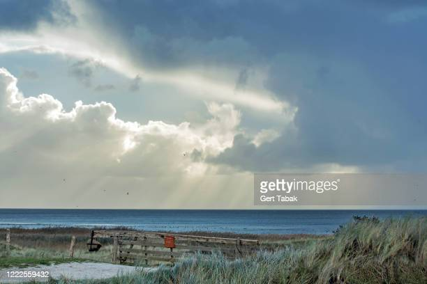 dramatische lucht boven ondergelopen kwelder - lucht stock pictures, royalty-free photos & images