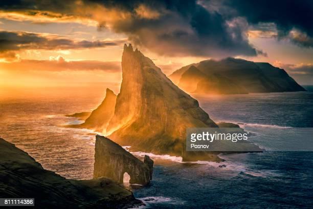 drangarnir and tindholmur - ilhas faeroe - fotografias e filmes do acervo