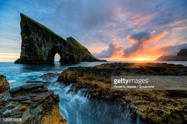 drangarnir rock at sunset, faroe islands - islas faroe fotografías e imágenes de stock