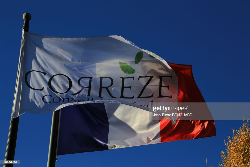 Drapeaux du Conseil départemental de la Corrèze et de la France : News Photo