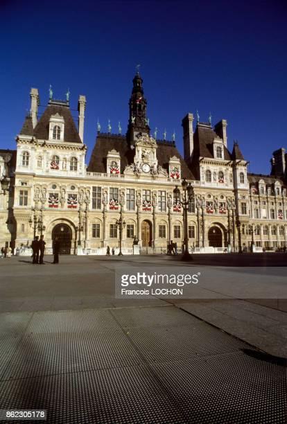 Drapeaux français sur la façade de l'hôtel de ville de Paris en mars 2000 France