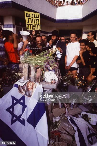 Drapeaux israéliens dans la foule lors d'une manifestation anti arabe dans la banlieue de Tel Aviv le 28 mai 1992 à Bat Yam Israël