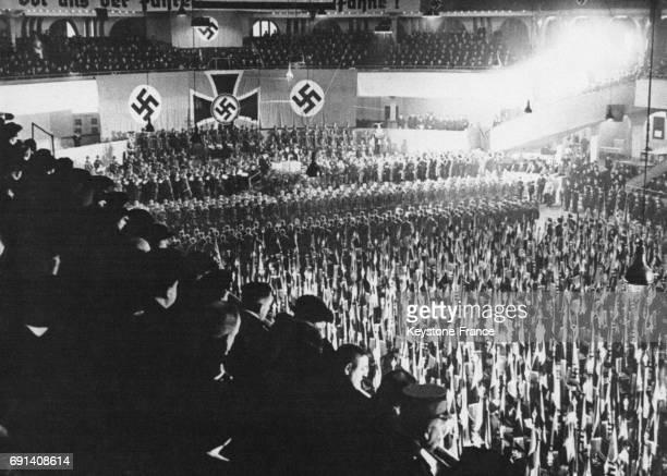30 000 drapeaux sont consacrés aux Anciens Combattants lors d'une cérémonie au Palais des Sports le 24 février 1936 à Berlin Allemagne