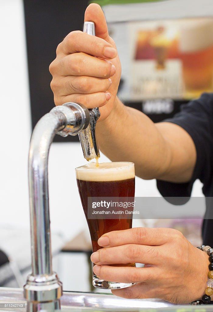 Zeichnung Entwurf Bier In Glas Rot Stock Foto Getty Images