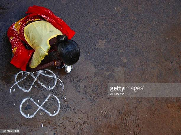 Drawing kolam