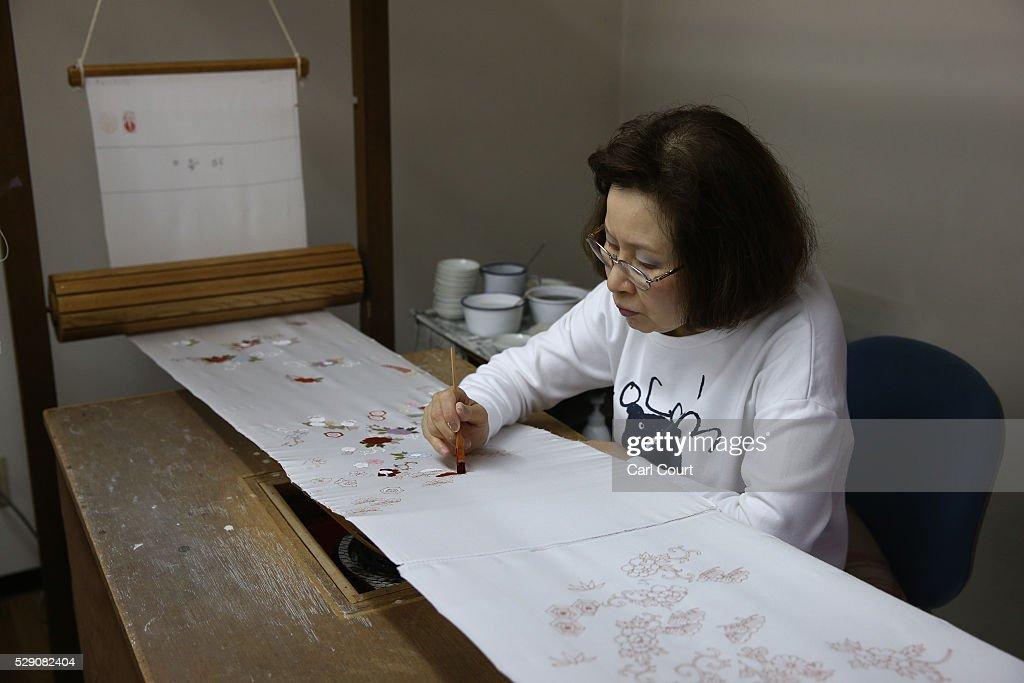 Kimono Artisans Work On Kyo-Yuzen In Kyoto : News Photo