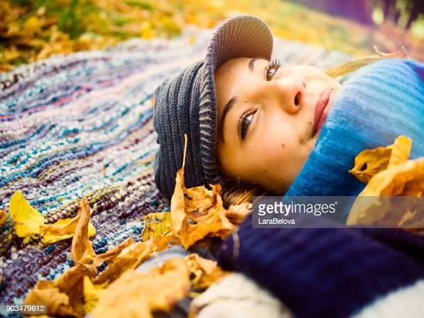 vous rêvez de jeune femme couchée sur plaid dans le parc - bonnet de laine photos et images de collection