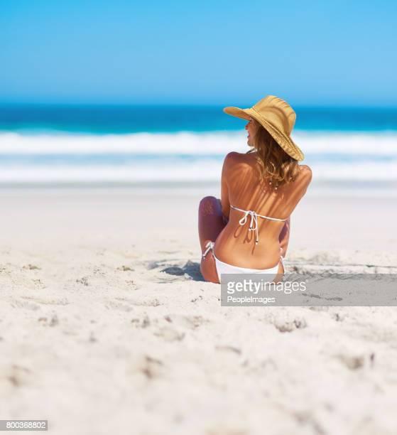 soleil et le sable sont faits les rêves - femme plage photos et images de collection