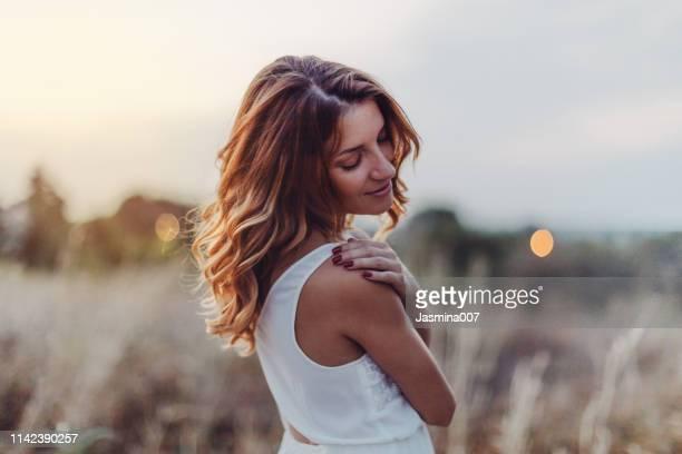 belle femme rêveuse à l'extérieur - beauty in nature photos et images de collection