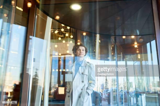 Verträumte Geschäftsfrau in lobby