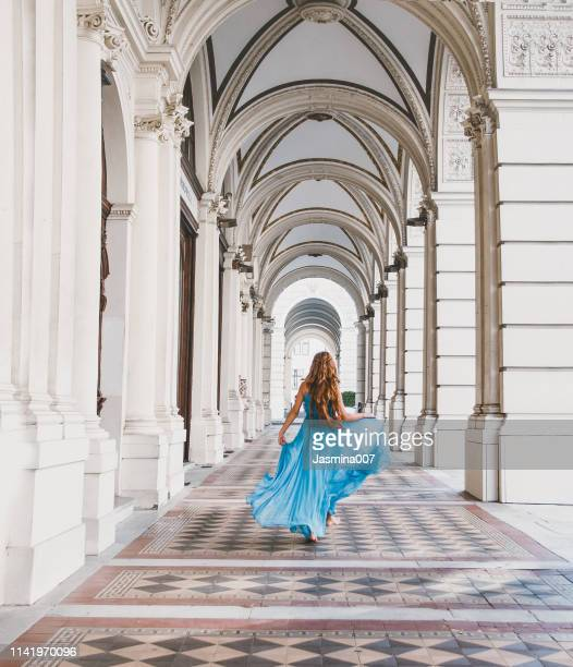 dromerig meisje in het stadhuis - blauwe jurk stockfoto's en -beelden