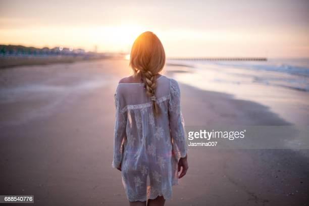 Verträumte Mädchen am Strand