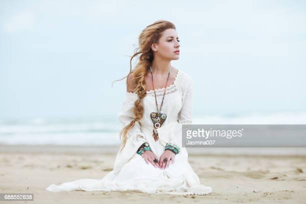 fille de rêve sur la plage - cheveux tressés photos et images de collection