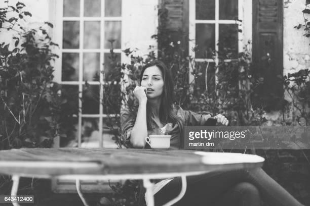Verträumte Frau im Garten