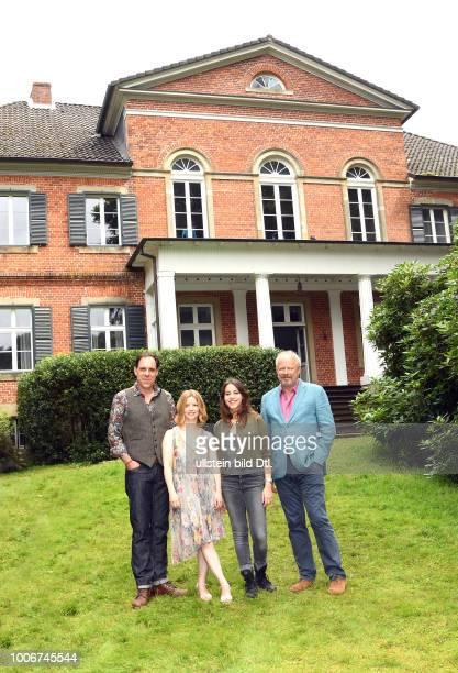 Dreh für Kieler NDRTatort mit Axel Milberg Almila Bagriacik Karoline Schuch und Thomas Loibl Settermin in Niendorf Stecknitz Motiv ist die Villa...