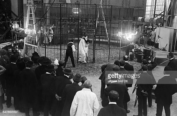Dreharbeiten für einen Zirkusfilm in einem Filmatelier 1914Foto Conrad HünichFoto ist Teil einer Serie