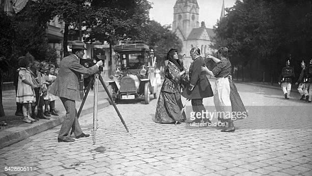 Dreharbeiten in den Straßen von Berlin Zwei Frauen streiten mit einem Militär der die Pickelhaube trägt undatiert vermutlich 1910veröffentlicht...