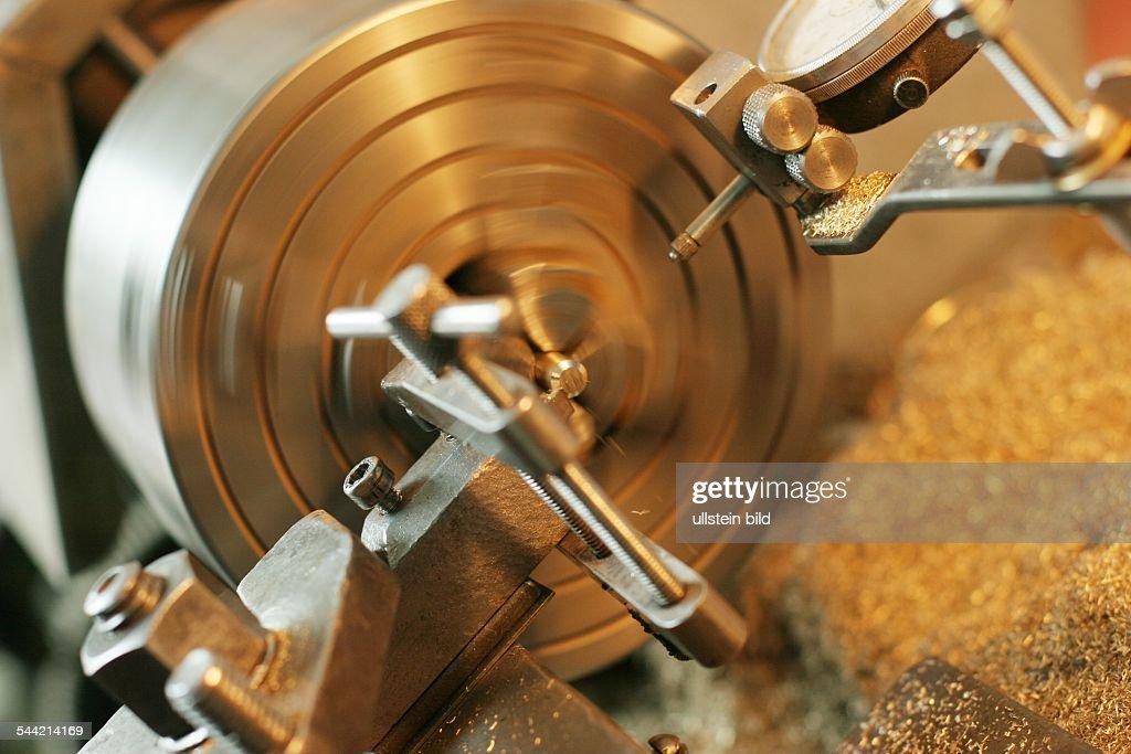 Drehbank in der Werkstatt des Orgelbauers Schuke Pictures   Getty Images
