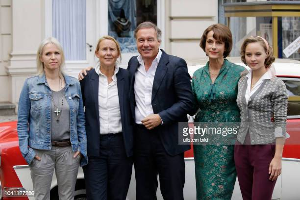 Drehbuchautorin Annette Hess ZDFHauptredaktionsleiterin Heike Hempel Produzent Nico Hofmann Schauspielerin Claudia Michelsen Sonja Gerhardt...