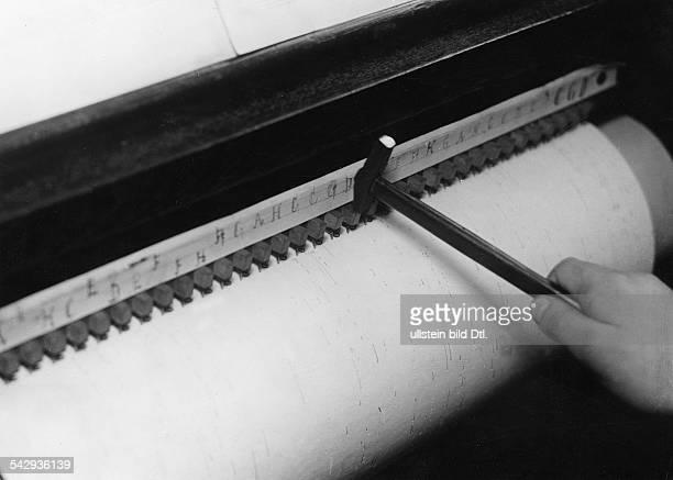 Drehorgel Herstellung Originaltext Der Hammer schlägt die Note 'd' auf die Walze In die vorgeschlagenen Löcher werden dann die Messingstifte und...